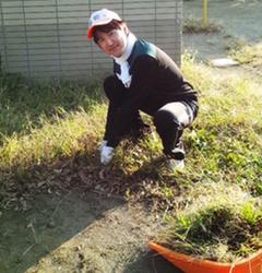 公園で草取りをする亀井たくま画像