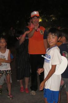 子ども達と亀井たくま(祭りにて)
